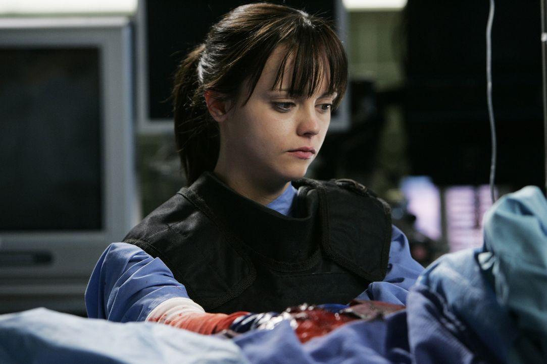 James Carlson wird mit einer spektakulären Brustverletzung eingeliefert, die umso spannender wird, als eine junge Rettungsassistentin (Christina Ric... - Bildquelle: Touchstone Television