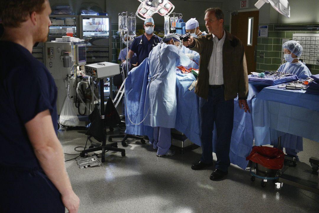 Während Cristina (Sandra Oh, M.) und Jackson (Jesse Williams, 3.v.r.) um das Leben eines Patienten kämpfen, geht Gary Clark (Michael O'Neill, 2.v.r.... - Bildquelle: Touchstone Television