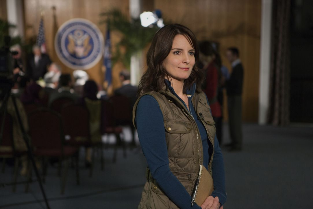 Die Journalistin Kim Baker (Tina Fey) möchte ihrem langweiligen Leben in New York entfliegen und lässt sich nach Afghanistan als Kriegsreporterin ve... - Bildquelle: Frank Masi 2015 Paramount Pictures. All Rights Reserved.