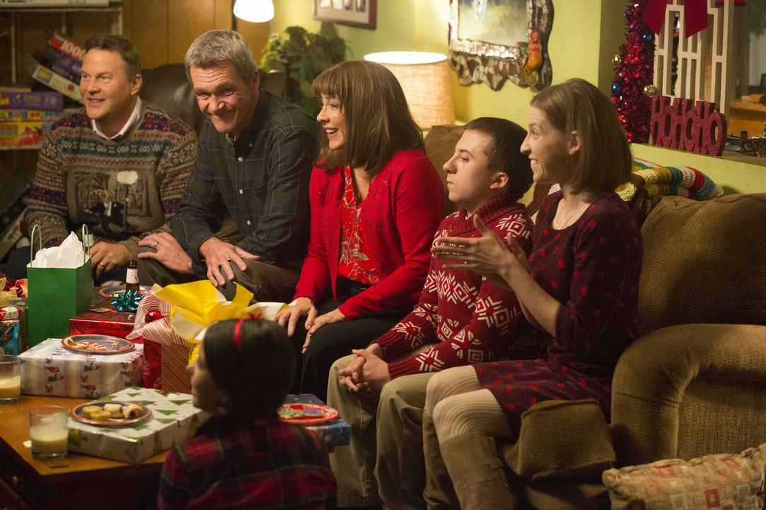 (v.l.n.r.) Ron (Sean O'Bryan); Mike (Neil Flynn); Frankie (Patricia Heaton); Brick (Atticus Shaffer); Sue (Eden Sher); Shelly (Kayla Madison, vorne) - Bildquelle: Michael Ansell 2017 American Broadcasting Companies, Inc. All rights reserved./Michael Ansell
