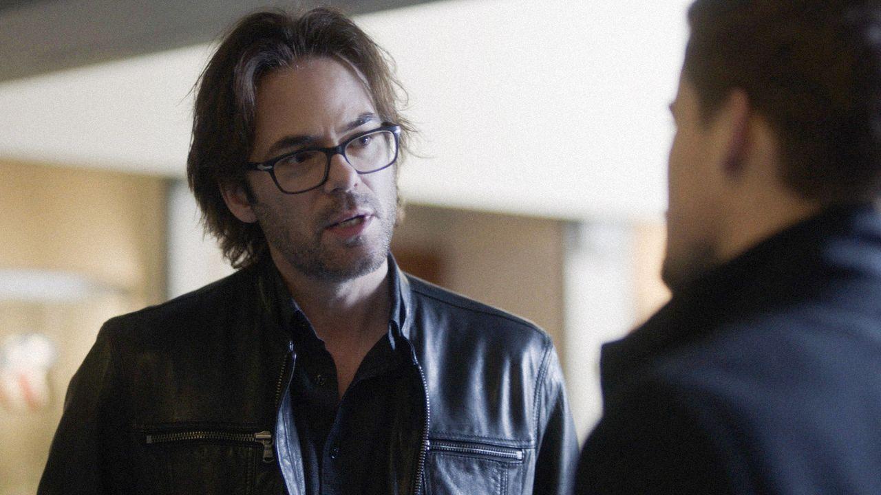 Mitch (William Albert Burke) erpresst Logan damit, ihn bei seinem Chef zu verraten, wenn er ihn nicht zu Jamies lässt ... - Bildquelle: 2017 CBS Broadcasting, Inc. All Rights Reserved