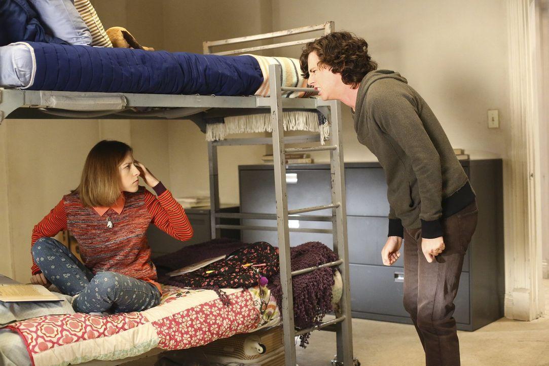 Sue (Eden Sher, l.) will ihren Bruder Axl (Charlie McDermott, r.) überzeugen, der Familie zu verzeihen. Doch er ist immer noch sauer darauf, dass se... - Bildquelle: Warner Bros.