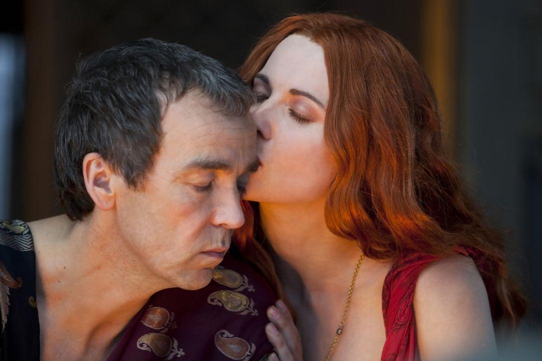 Lucretia (Lucy Lawless, r.) macht ihrem Mann Batiatus (John Hannah, l.), dem Leiter der Gladiatorenschule, Vorwürfe, dass es so viel Geld für Sparta... - Bildquelle: 2010 Starz Entertainment, LLC