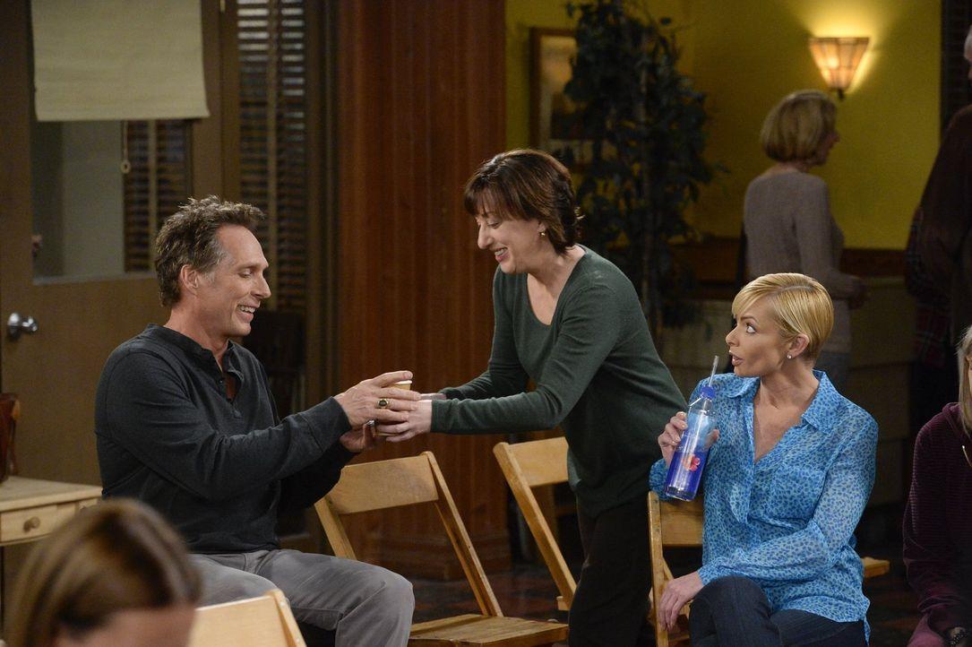 Adam (William Fichtner, l.) erklärt sich bereit, mit Bonnie zu einem Treffen der Anonymen Alkoholiker zu gehen. Dort begegnet er zum ersten Mal Wend... - Bildquelle: 2015 Warner Bros. Entertainment, Inc.