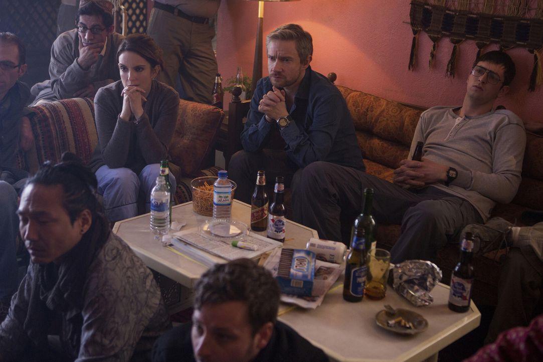 Auch wenn sich die Reporter Kim (Tina Fey, r.), Iain (Martin Freeman, M.) und Tall (Nicholas Braun, r.) irgendwann an das harte Leben in Afghanistan... - Bildquelle: Frank Masi 2015 Paramount Pictures. All Rights Reserved.
