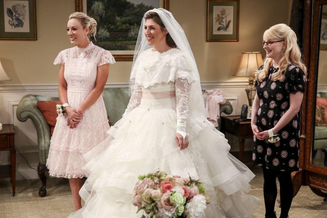 Noch ahnen Penny (Kaley Cuoco, l.), Amy (Mayim Bialik, M.) und Bernadette (Melissa Rauch, r.) nicht, dass das Brautpaar beinahe ihren großen Auftrit... - Bildquelle: Warner Bros. Television
