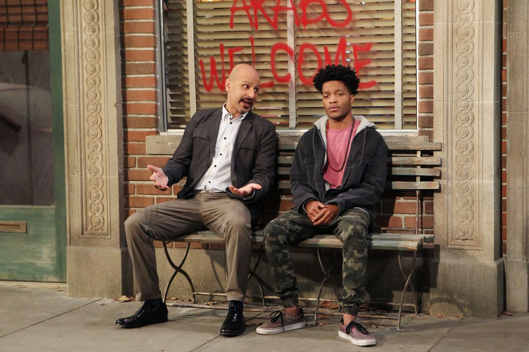 Franco (Jermaine Fowler, r.) stellt Fawz (Maz Jobrani, l.) zur Rede, als er erfährt, dass Fawz' Unternehmen das Haus gekauft hat, in dem er wohnt un... - Bildquelle: Sonja Flemming 2016 CBS Broadcasting, Inc. All Rights Reserved.