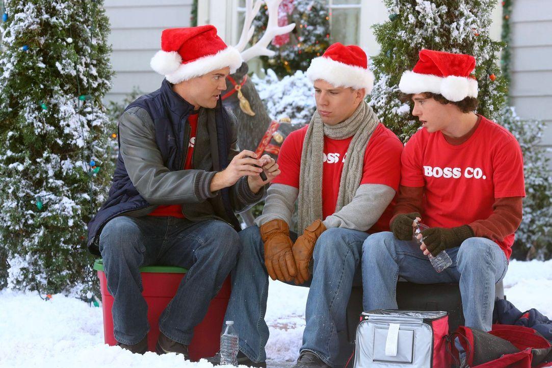 (v.l.n.r.) Sean (Beau Wirick); Darrin (John Gammon); Axl (Charlie McDermott) - Bildquelle: Warner Brothers