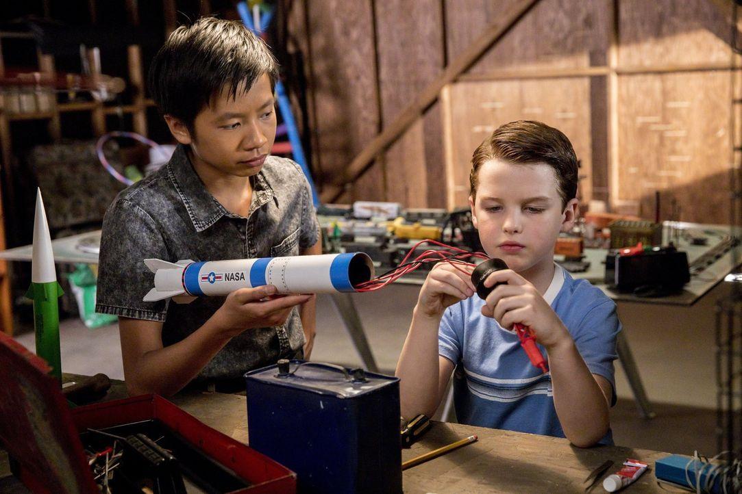 In der High School findet Sheldon (Iain Armitage, r.) in Tam (Ryan Phuong, l.) einen Gleichgesinnten und möglichen Freund. Daraufhin gerät seine Mut... - Bildquelle: Warner Bros.