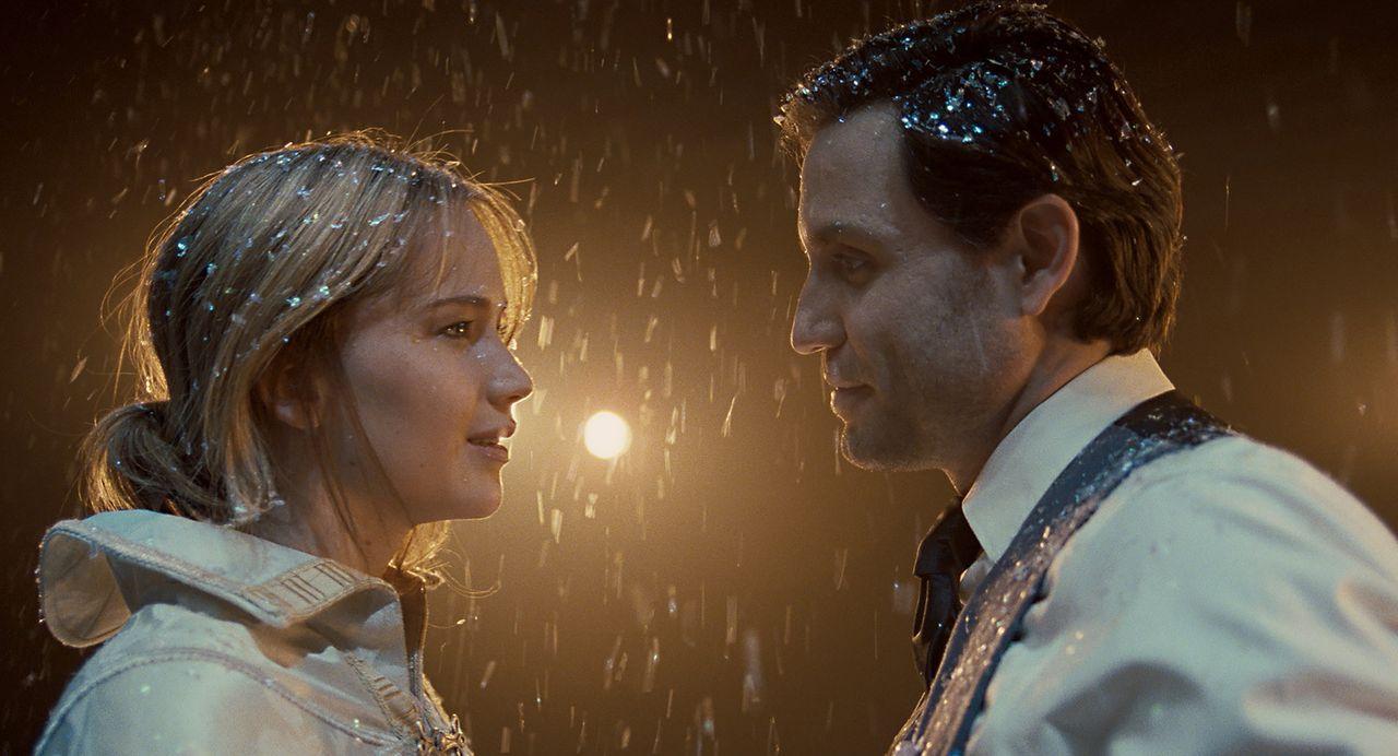 Als die junge College-Studentin Joy (Jennifer Lawrence, l.) den verhinderten Sänger Tony (Edgar Ramirez, r.) kennenlernt, ist es um sie geschehen. B... - Bildquelle: 2015 Twentieth Century Fox Film Corporation. All rights reserved.