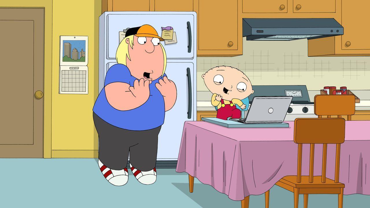 Chris (l.) braucht dringend ein Date für den Schulball, doch kein Mädchen mag ihn. Stewie (r.) hat eine Idee und möchte mit einem Video Taylor Swift... - Bildquelle: 2016-2017 Fox and its related entities.  All rights reserved.