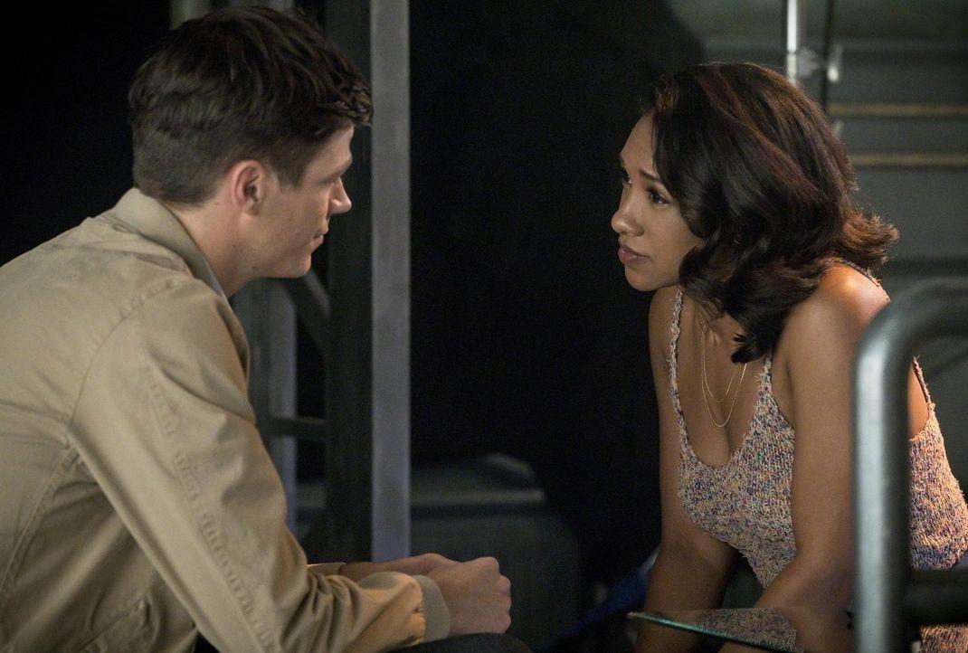 Barry (Grant Gustin, l.) muss erkennen, dass seine Entscheidung, Iris (Candice Patton, r.) zu verlassen, um die Speed Force zu stabilisieren, mehr A... - Bildquelle: 2017 Warner Bros.