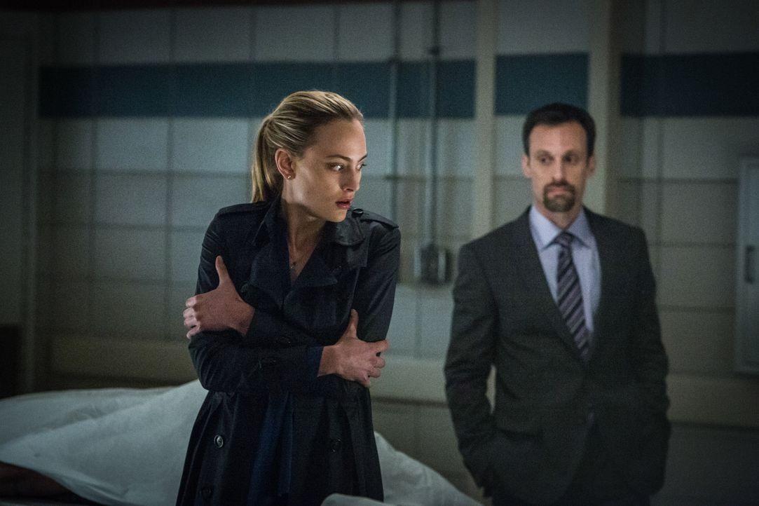 Der Agent Gaspard Alves (Henri Lubatti, r.) macht Chloe (Nora Arnezeder, l.) ein verlockendes Angebot, doch die Konsequenzen werden sie noch schocki... - Bildquelle: Steve Dietl 2015 CBS Broadcasting Inc. All Rights Reserved.