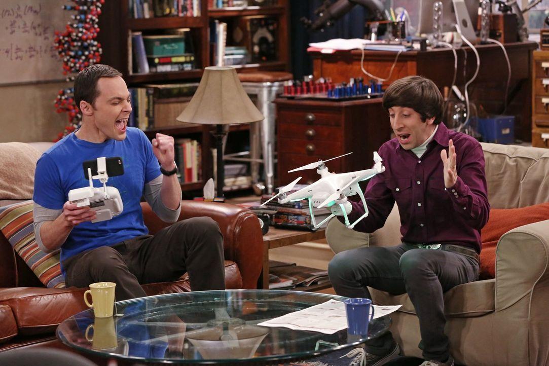 Die Drohne, die Sheldon (Jim Parsons, l.) und Howard (Simon Helberg, r.) sich ausgeliehen haben scheint zu funktionieren ... - Bildquelle: Warner Bros. Television