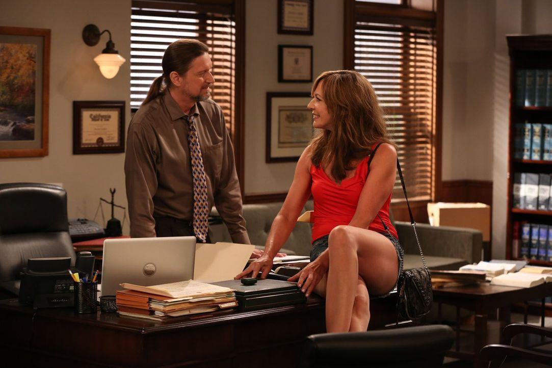 Mit Steve (Don McManus, l.) hat sich Bonnie (Allison Janney, r.) ein neues Ziel für ihre Flirtereien auserkoren ... - Bildquelle: 2015 Warner Bros. Entertainment, Inc.