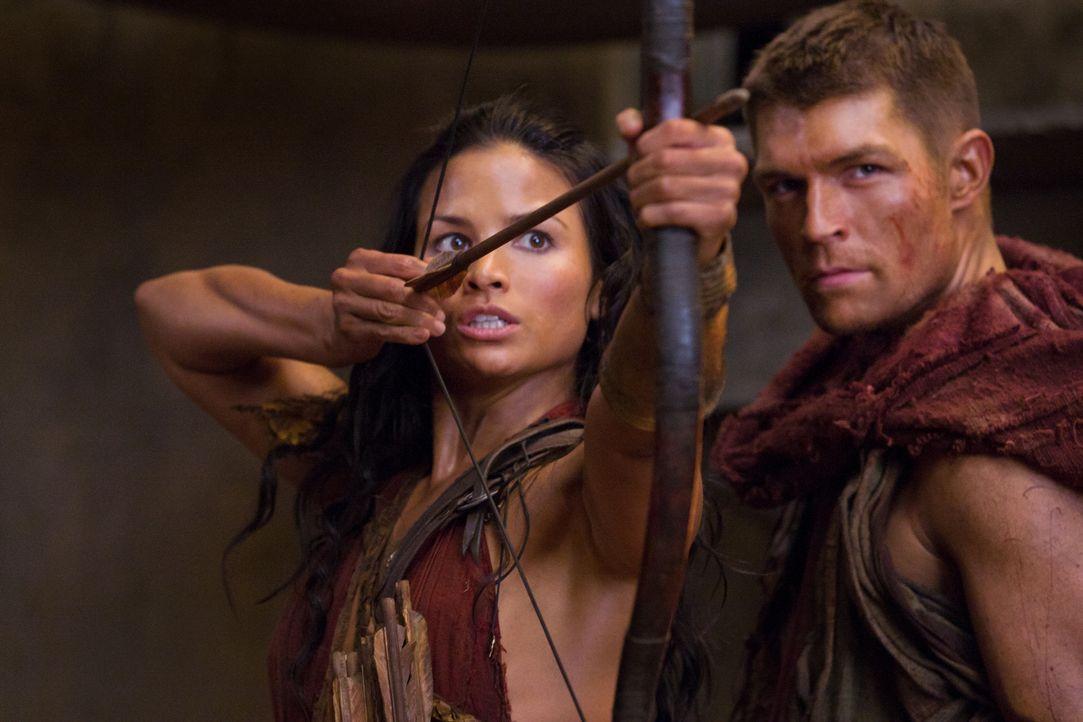 Lassen sich nur gut vorbereitet in einen Hinterhalt locken: Spartacus (Liam McIntyre, r.) und Mira (Katrina Law, l.) ... - Bildquelle: 2011 Starz Entertainment, LLC. All rights reserved.
