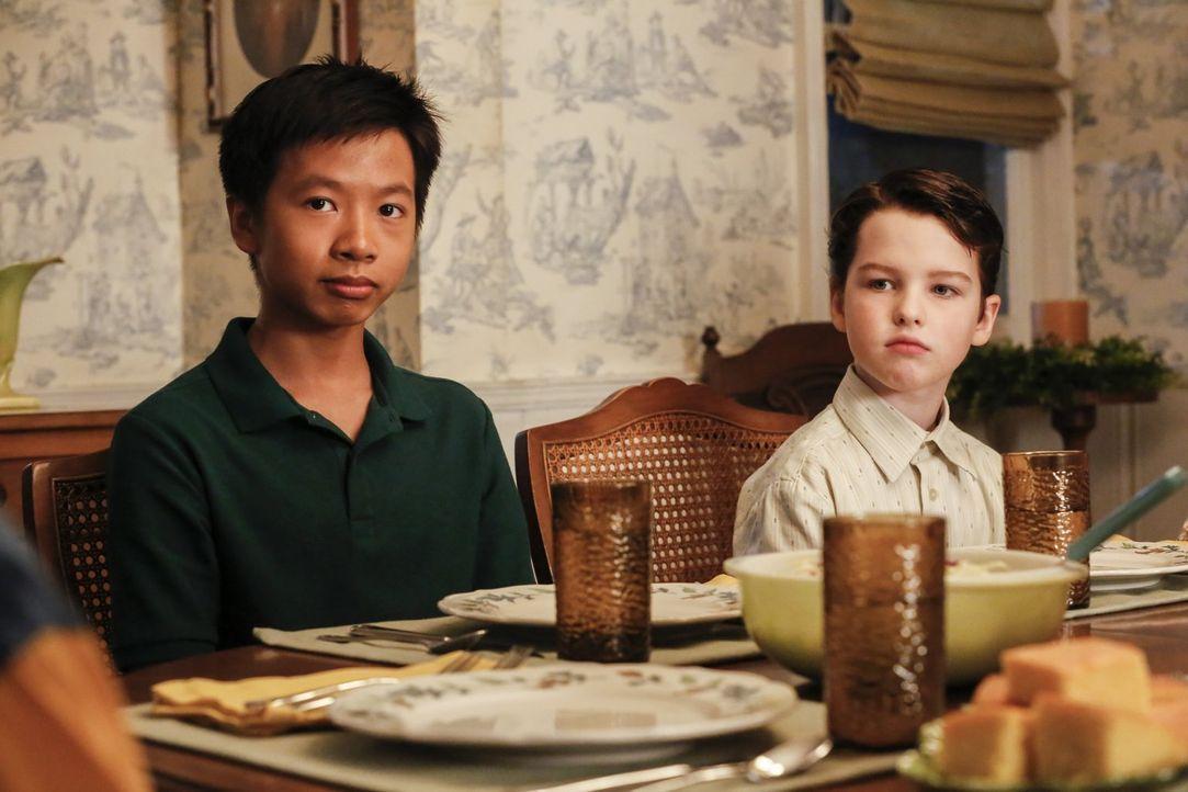 Sowohl Tam (Ryan Phuong, l.) als auch Sheldon (Iain Armitage, r.) finden nicht leicht Anschluss, doch als sie dann aufeinandertreffen, scheinen sie... - Bildquelle: Warner Bros.