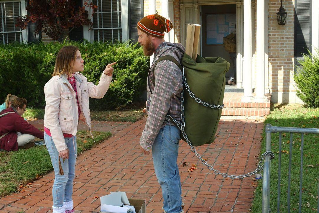 Findet Sue (Eden Sher, l.) einen Weg, um mit Jeremy (Will Green, r.) Schluss zu machen? - Bildquelle: Warner Bros.