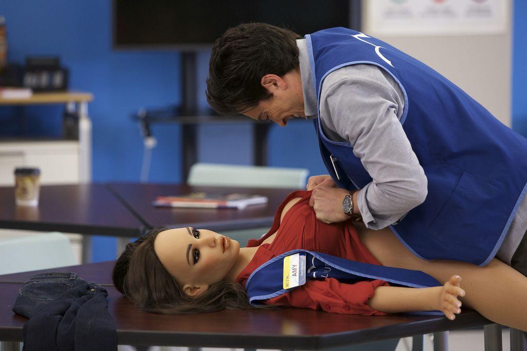 Nachdem alle auf Jonahs (Ben Feldman) Kosten gelacht haben, möchte er es Amy heimzahlen und hat eine Puppe besorgt, die ihr ähnlichsehen soll. Doch... - Bildquelle: Tyler Golden 2015 Universal Television LLC. ALL RIGHTS RESERVED.