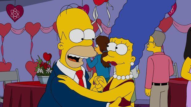 Sind glücklich miteinander: Homer (l.) und Marge (r.) ... © 2015 Fox and its...