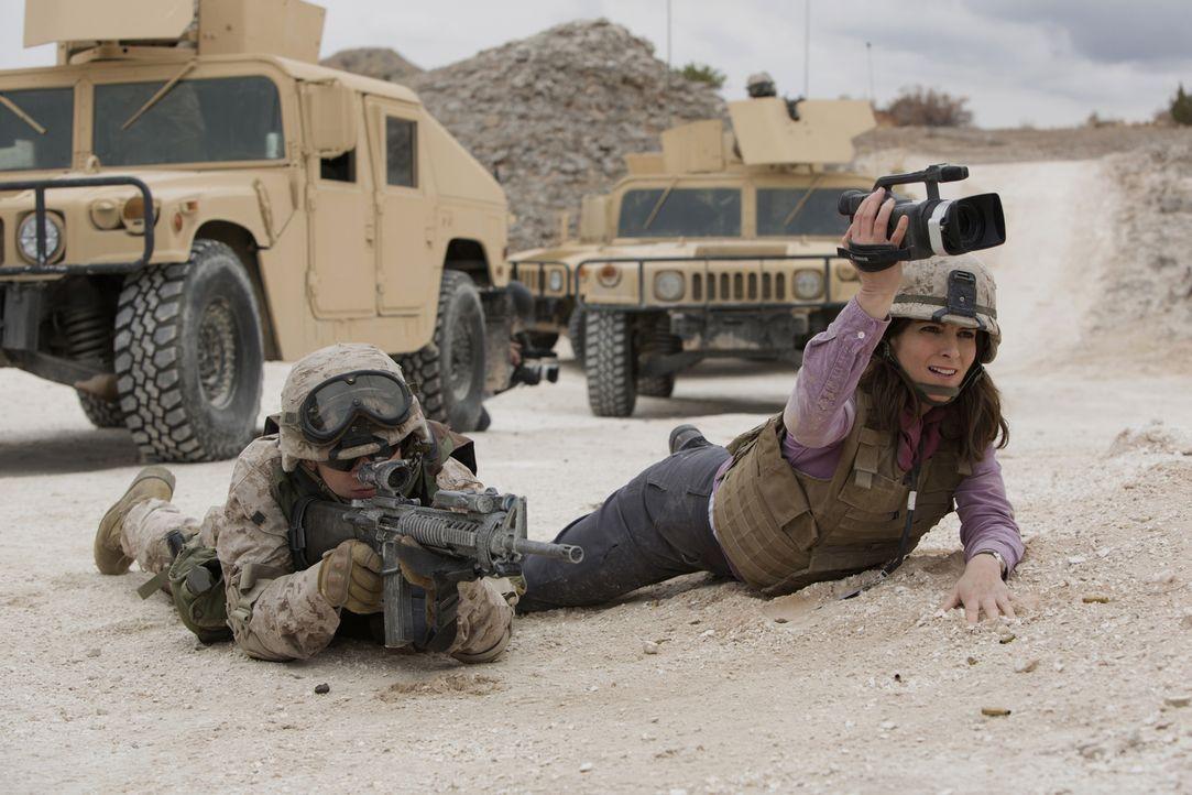Um ihrem geregelten, langweiligen Leben zu entkommen, reist Kim Baker (Tina Fey, r.) als Kriegsreporterin nach Afghanistan. Ist das wirklich eine gu... - Bildquelle: Frank Masi 2015 Paramount Pictures. All Rights Reserved.