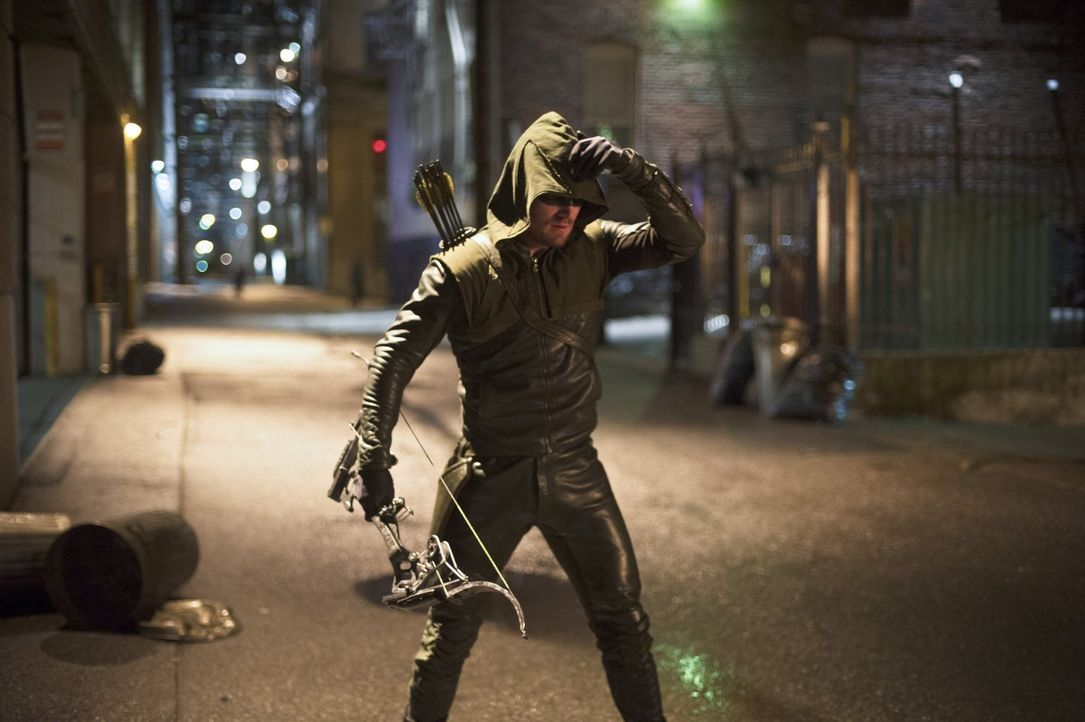 Steht Barry alias The Flash im Kampf gegen Ray Bivolo zur Seite: Oliver Queen alias Arrow (Stephen Amell) ... - Bildquelle: Warner Brothers.