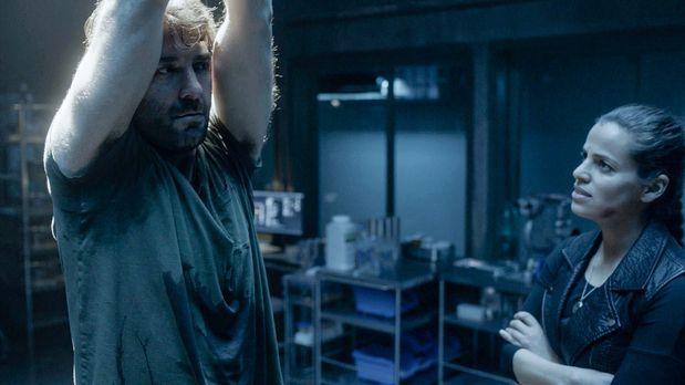 Zoo - Abigail (Athena Karkanis, r. ) hat Jackson (James Wolk, l.) entführt un...