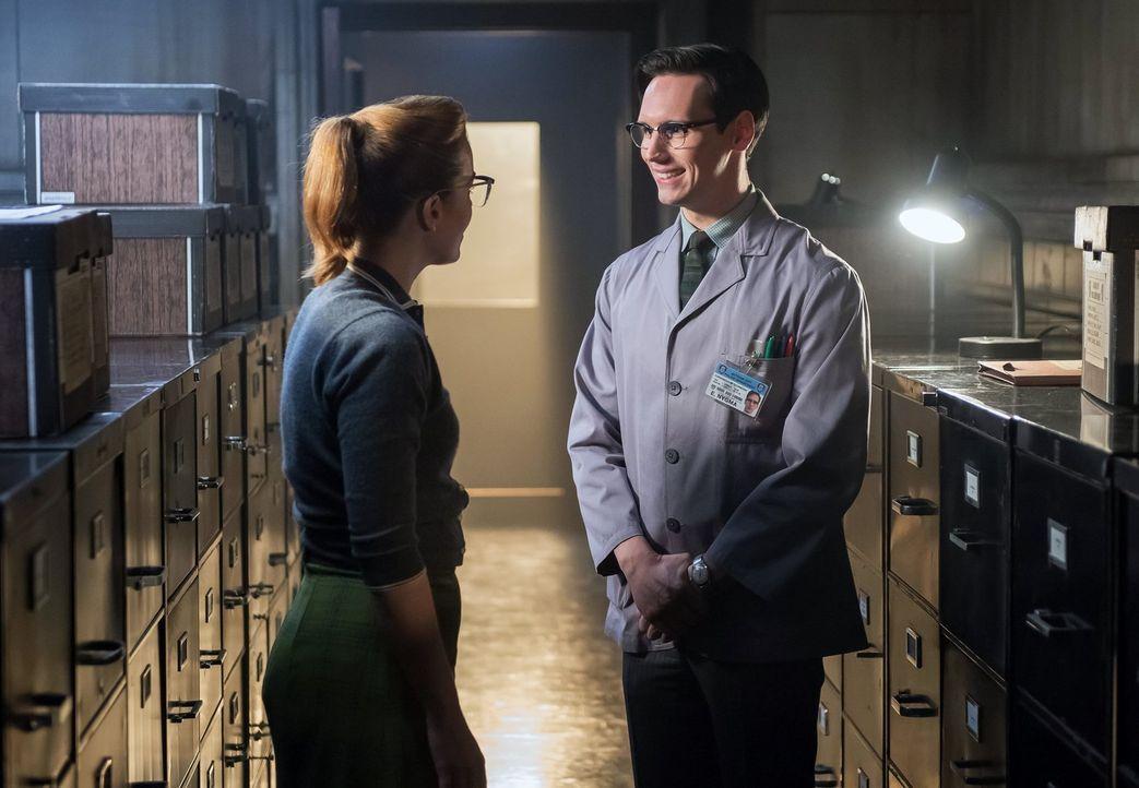 Was ist zwischen Kristin (Chelsea Spack, l.) und Edward (Cory Michael Smith, r.) los? - Bildquelle: Warner Bros. Entertainment, Inc.