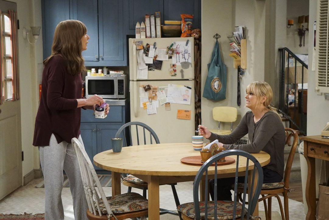 Der Stress wächst Bonnie (Allison Janney, l.) und ihre Tochter Christy (Anna Faris, r.) über den Kopf. Beide können es kaum abwarten, dass Adams Fre... - Bildquelle: 2016 Warner Bros. Entertainment, Inc.
