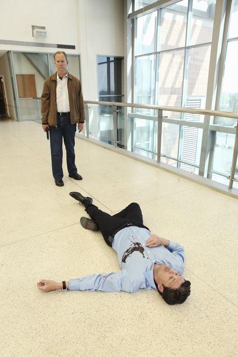 Derek (Patrick Dempsey, r.) wurde von Gary Clark (Michael O'Neill, l.), der den Tod seiner Frau rächen wollte,  angeschossen und liegt blutend auf d... - Bildquelle: Touchstone Television