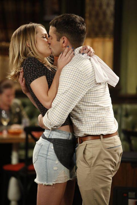 Während Justin (Brent Morin, r.) und Candace (Bridgit Mendler, l.) nun ganz offiziell ein Paar werden wollen, hat Burski für alle eine Überraschung... - Bildquelle: Warner Brothers