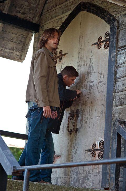 Auf der Suche nach dem Propheten Kevin machen Sam (Jared Padalecki, l.) und Dean (Jensen Ackles, r.) einige erschreckende Entdeckungen ... - Bildquelle: Warner Bros. Television
