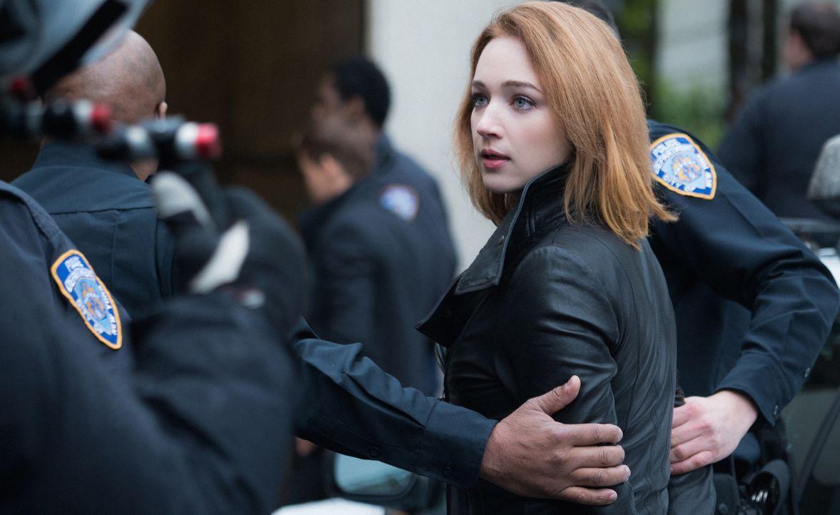 Logan nimmt Jamie (Kristen Connolly) fest - wegen des Mordes an Leanne .. - Bildquelle: Shane Harvey 2017 CBS Broadcasting, Inc. All Rights Reserved