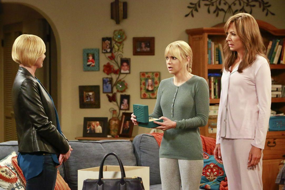 Ein Jahr, nachdem sich ihre Mutter umgebracht hat, klappt Jill (Jaime Pressly, l.) zusammen. Christy (Anna Faris, M.) und Bonnie (Allison Janney, r.... - Bildquelle: 2016 Warner Bros. Entertainment, Inc.