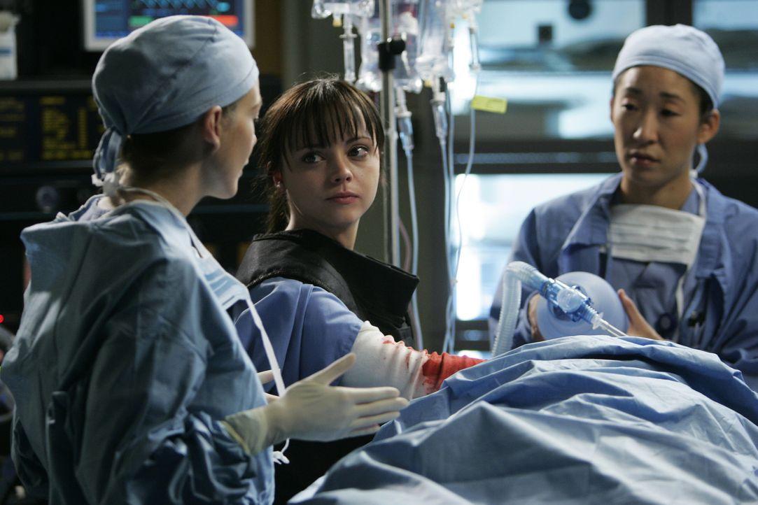 Im OP liegen die Nerven blank. Eine junge Rettungsassistentin (Christina Ricci, M.) steckt mit ihrer Hand in einer Wunde um die Blutung stoppen, doc... - Bildquelle: Touchstone Television