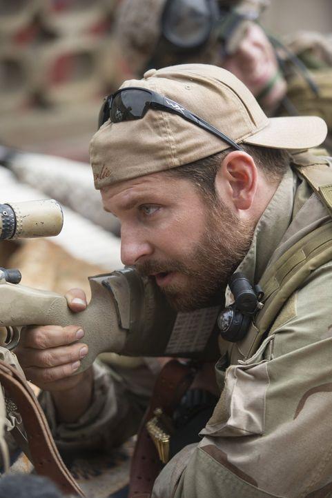 Muss meist blitzschnell die Gefahr identifizieren und einen kühlen Kopf bewahren: Sniper Chris Kyle (Bradley Cooper) entscheidet damit über Leben un... - Bildquelle: 2014 Warner Bros. Entertainment Inc.