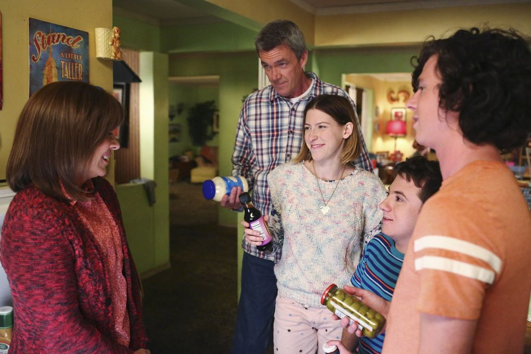 Frankie (Patricia Heaton, l.), Mike (Neil Flynn, 2.v.l.), Sue (Eden Sher, M.) und Brick (Atticus Shaffer, 2.v.r.) sind total gespannt auf Axls (Char... - Bildquelle: Warner Bros.