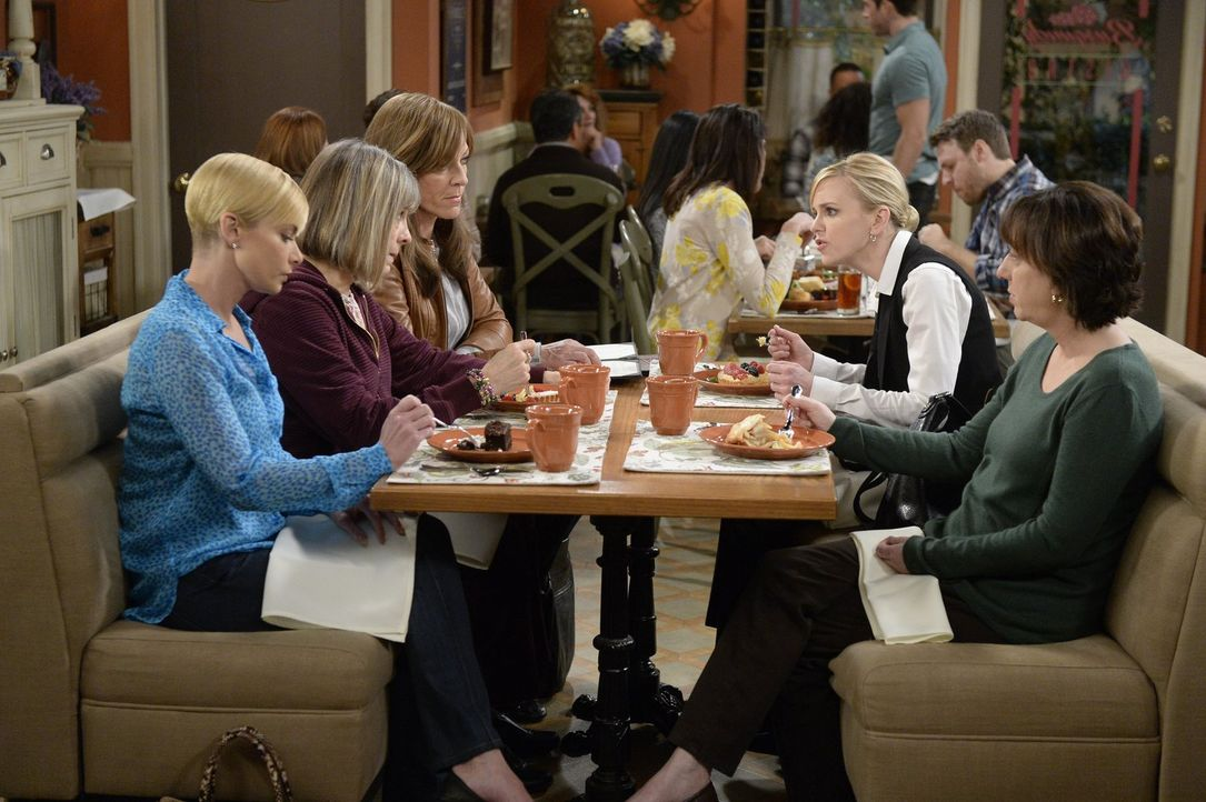 Jill (Jaime Pressly, l.), Marjorie (Mimi Kennedy, 2.v.l.), Bonnie (Allison Janney, 3.v.l.), Christy (Anna Faris, 2.v.r.) und Wendy (Beth Hall, r.) s... - Bildquelle: 2015 Warner Bros. Entertainment, Inc.
