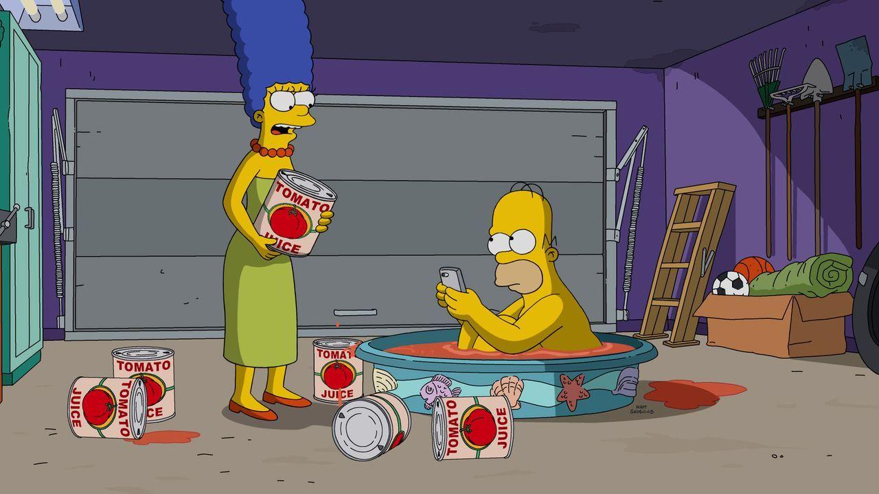 Nach einem Unfall mit einem Stinktier, weiß Marge (l.), dass Homer (r.) nur noch eines helfen kann - ein Tomatensaftbad ... - Bildquelle: 2016-2017 Fox and its related entities. All rights reserved.