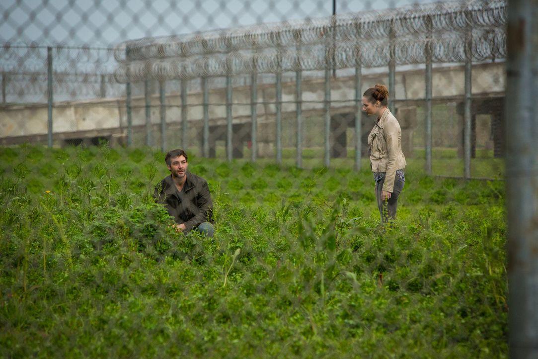 Langsam fühlt sich Jamie (Kristen Connolly, r.) von Jackson (James Wolk, l.) veräppelt ... - Bildquelle: Steve Dietl 2015 CBS Broadcasting Inc. All Rights Reserved.
