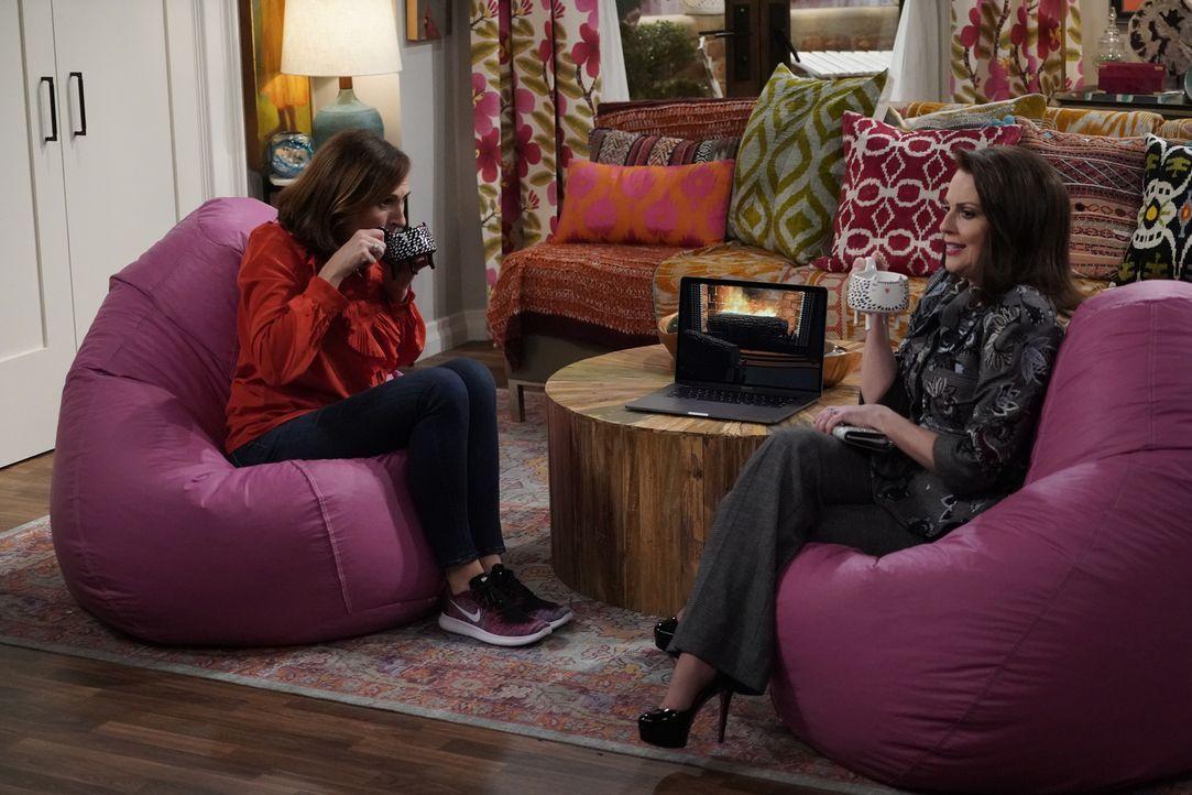 Val (Molly Shannon, l.) nutzt einen Unfall, um Karen (Megan Mullally, r.) dazu zu bringen, ihre Freundin zu sein ... - Bildquelle: Chris Haston 2017 NBCUniversal Media, LLC