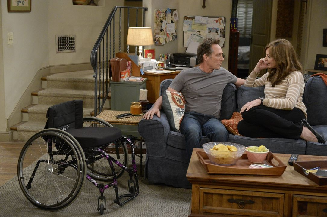 Adam (William Fichtner, l.) möchte mehr Zeit mit Bonnie (Allison Janney, r.) verbringen. Daraufhin lädt Bonnie ihn ein, sie zu einem Meeting der Ano... - Bildquelle: 2015 Warner Bros. Entertainment, Inc.