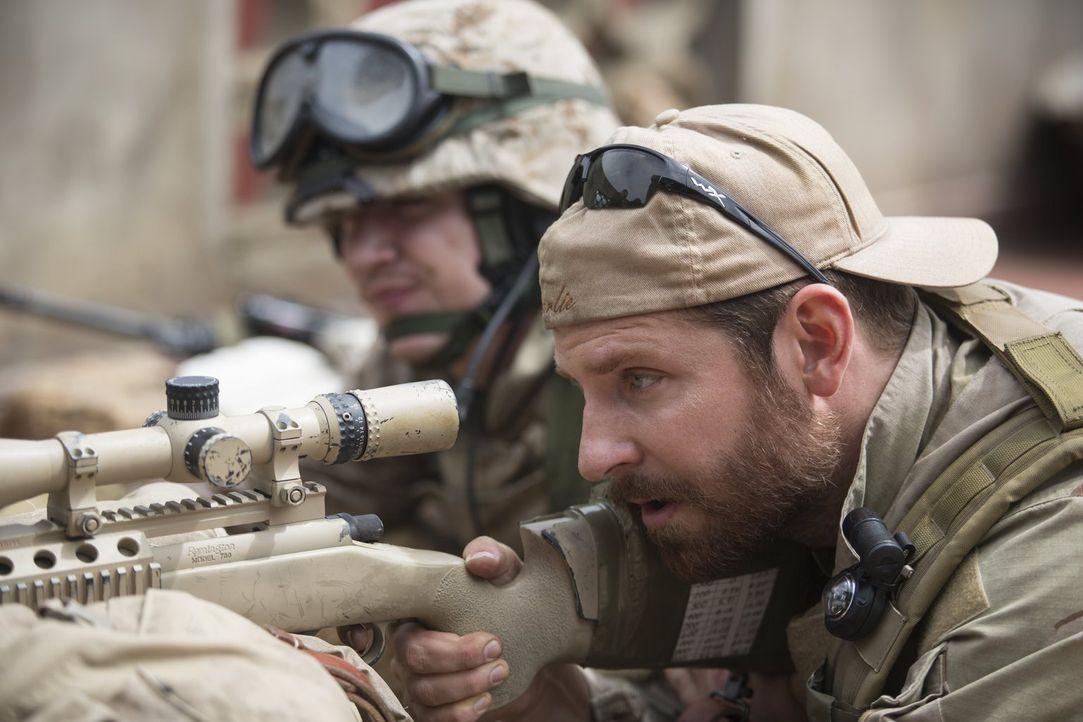 Während sein erstes Opfer ihm noch zusetzt, wird der US-Navy-SEAL und Scharfschütze Chris Kyle (Bradley Cooper) bereits zum nächsten tödlichen Einsa... - Bildquelle: 2014 Warner Bros. Entertainment Inc.