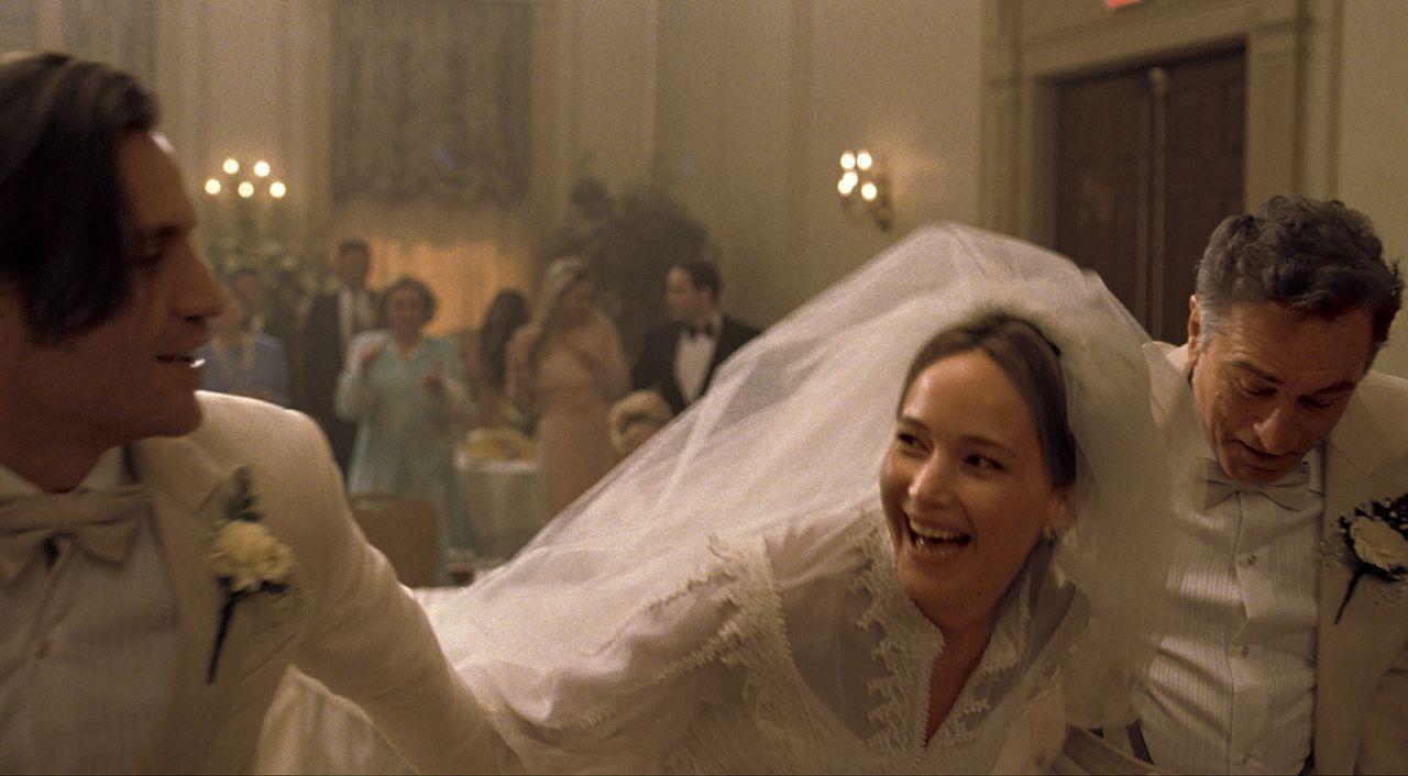 Gegen die Empfehlung ihres Vaters (Robert De Niro, r.) heiratet Joy (Jennifer Lawrence, M.) ihren geliebten Tony (Edgar Ramirez, l.), doch das Glück... - Bildquelle: 2015 Twentieth Century Fox Film Corporation. All rights reserved.