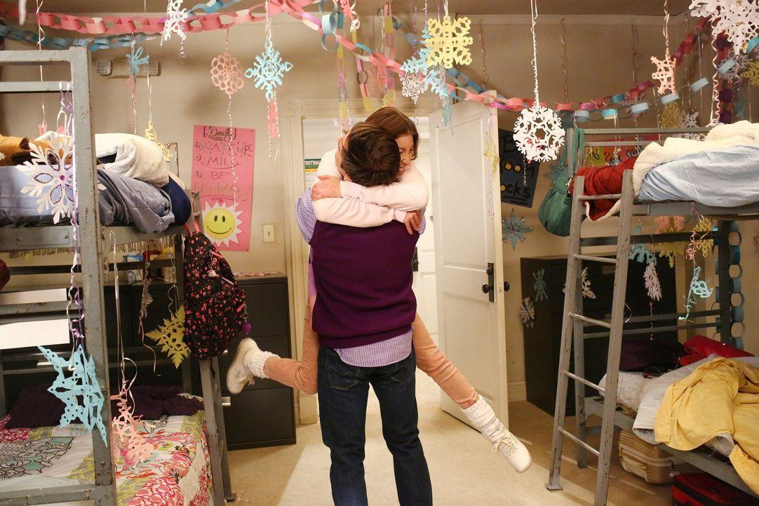 Sue (Eden Sher, hinten) ist begeistert, als Brad (Brock Ciarlelli, vorne) plötzlich bei ihr im Collage auftaucht ... - Bildquelle: Warner Bros.