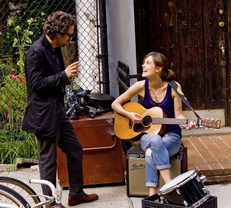 Ihr Zusammentreffen verändert das Leben der beiden: die junge Musikerin Gretta (Keira Knightley, r.) und der strauchelnde Produzent Dan (Mark Ruffal... - Bildquelle: 2013 KILLIFISH PRODUCTIONS, INC. ALL RIGHTS RESERVED.