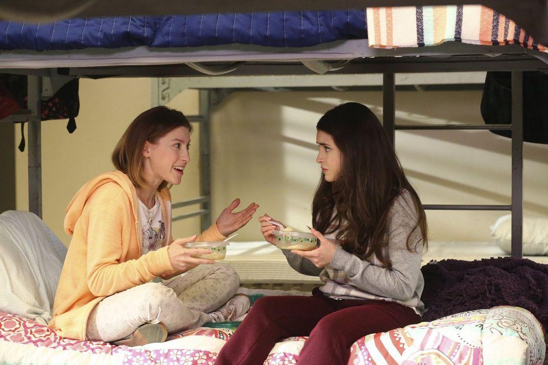 Auf Sue (Eden Sher, l.) und Lexie (Daniela Bobadilla, r.) wartet eine böse Überraschung ... - Bildquelle: Warner Bros.