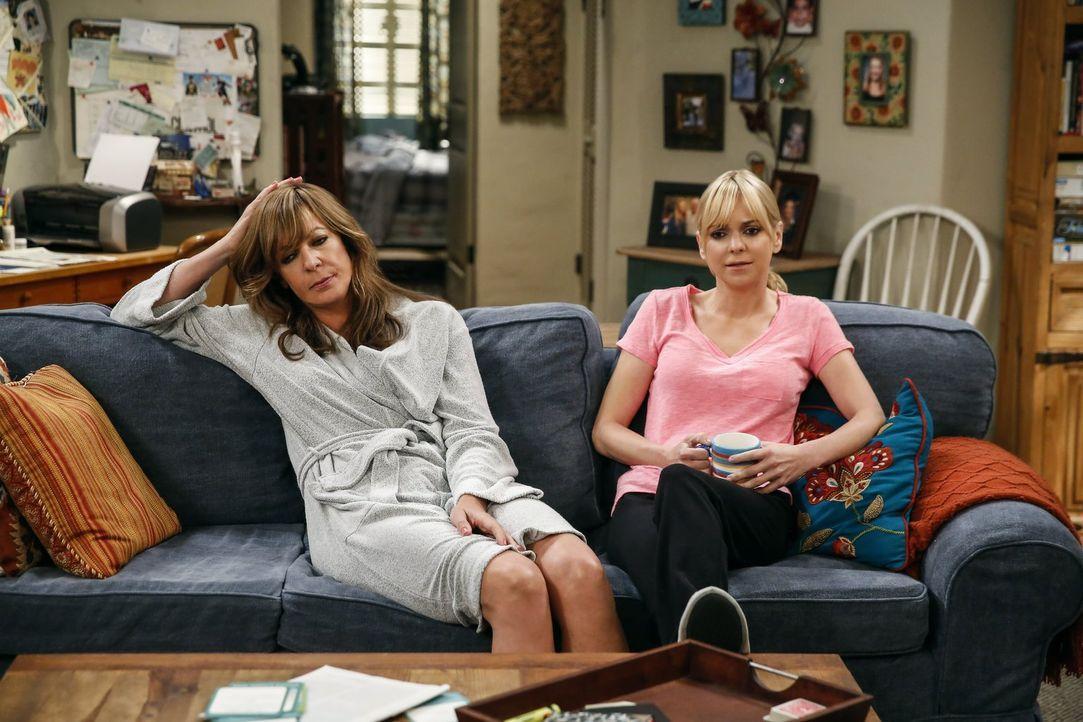 Die Midlifecrisis holt Bonnie (Allison Janney, l.) ein und sie probiert sich Trost bei ihrer Freundin und Tochter Christy (Anna Faris, r.) zu holen... - Bildquelle: 2016 Warner Bros. Entertainment, Inc.