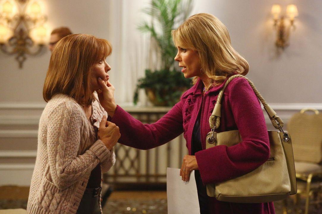 Frankie (Patricia Heaton, l.); Dr. Sommer Samuelson (Cheryl Hines, r.) - Bildquelle: Warner Brothers