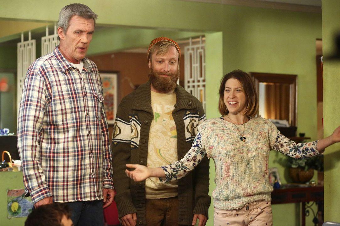 Mike (Neil Flynn, l.) muss sich beim Familienessen nicht nur mit Sue (Eden Sher, r.) und ihrem Freund Jeremy (Will Green, M.) herumschlagen, sondern... - Bildquelle: Warner Bros.